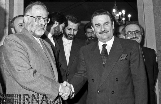 حسن حبیبی معاون اول رئیسجمهور، سال 1368 از یلدبریم اکبولوت نخست وزیر کشور ترکیه در فرودگاه مهرآباد تهران استقبال می کند