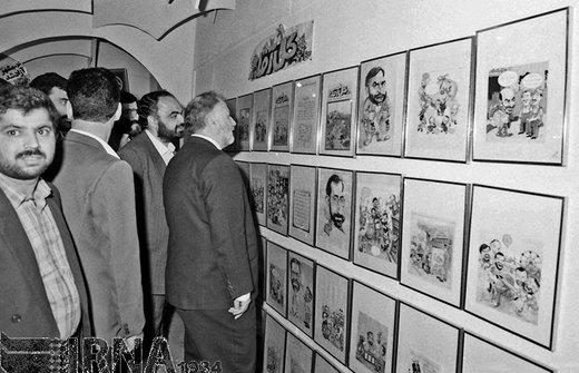 حسن حبیبی معاون اول رئیسجمهور ،22 اردیبهشت 1371 از یک نمایشگاه آثار هنری کاریکاتور بازدید کرد
