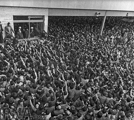 14 بهمن 1357؛ دیدار مردم با امام خمینی (ره) در مدرسه علوی