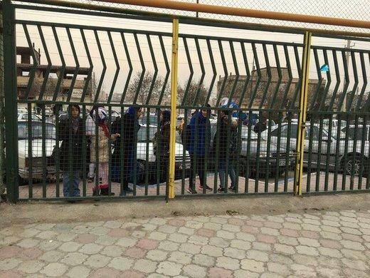 دختران آبی پشت دربهای بسته/ پرچم ژاپن در دست هواداران استقلالی!