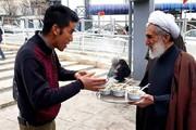 عکس | نذری پخش کردن امام جمعه موقت تهران در ایستگاه صلواتی