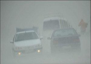 بارش باران در جادههای مازندران /سطح جاده لغزنده است