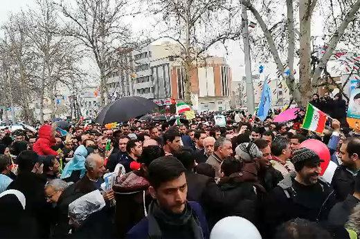 فیلم | حسن روحانی در سیل جمعیت راهپیمایی ۲۲ بهمن