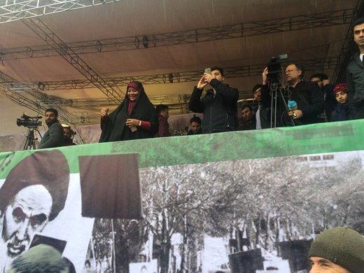 مجری آمریکاییتبار صداوسیما در راهپیمایی ۲۲ بهمن