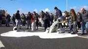 فیلم | اعتراض عجیب دامداران ایتالیایی به کاهش قیمت شیر