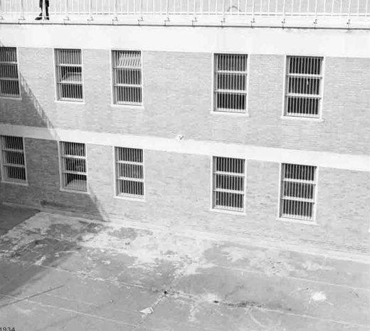 23 بهمن1357؛ تصرف زندان اوین