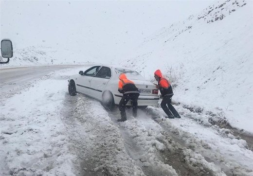 کمکرسانی به حدود ۳۰۰ خودروی گرفتار شده کولاک در جادهها طی ۳ روز گذشته توسط راهداران کرمانی