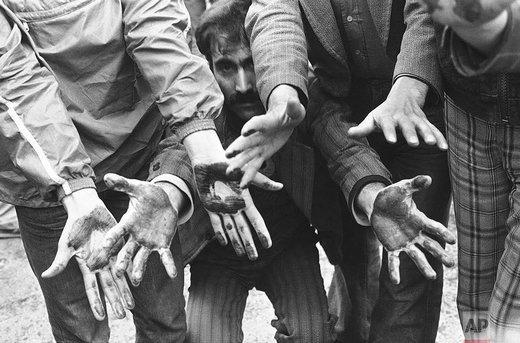 بهمن ماه ۱۳۵۷ خورشیدی، تظاهرکنندگان دستان آغشته به خون مردم و دوستان شهیدشان را نشان میدهند