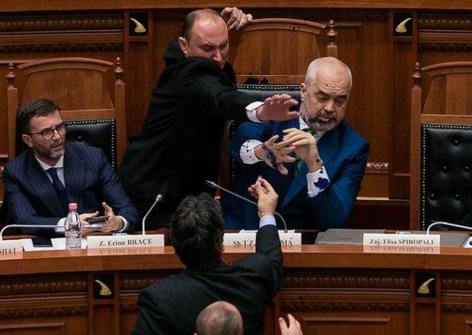 لحظه جوهر پاشیدن به ادی راما، نخستوزیر آلبانی در مجلس این کشور