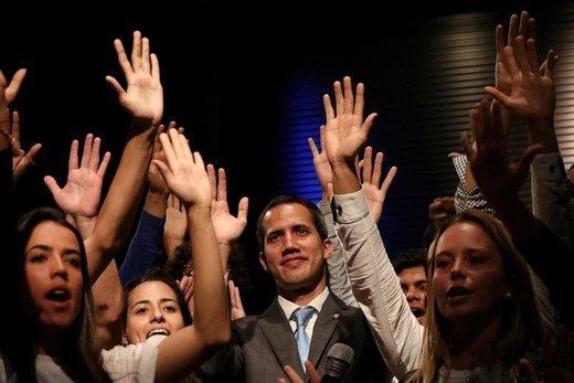 عکس یادگاری خوان گوایدو، رهبر مخالفان ونزوئلا، با دانشجویان در شهر کاراکاس، پایتخت ونزوئلا