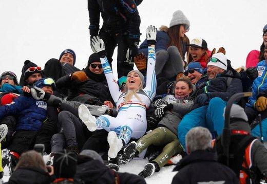 جشن گرفتن لیندزی وان، اسکیباز آمریکایی، برنده مدال برنز پس از آخرین مسابقه اش در رقابت های جهانی اسکی آلپاین در سوئد