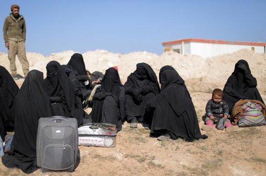 زنان سوری با چمدان هایشان در نزدیکی شهر دیرالزور سوریه نشستهاند