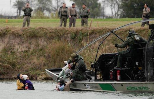 یک قایق گشت مرزی در آمریکا مهاجرانی را که از  ریوبراوو مکزیک به سمت این کشور میآیند از آب نجات میدهد