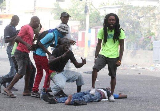 واکنش مردم به مرگ یک شهروند در حاشیه اعتراضات ضد دولتی در شهر پورتو پرنس، پایتخت هائیتی