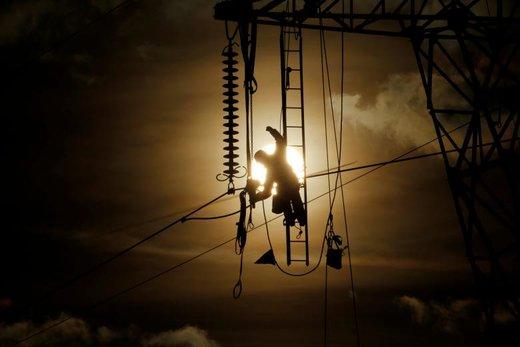 تلاش یک تکنسین برای تعمیر و نگهداری خطوط برق با ولتاژ بالا در فرانسه