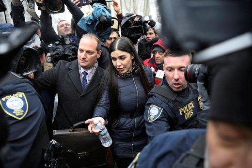 اِما کرونل آسپورو، ملکه زیبایی سابق مکزیک و همسر خواکین گزمن، قاچاقچی مواد مخدر و رهبر کارتل سینالوآ، پس از محاکمه شوهرش در دادگاه فدرال بروکلین از دادگاه خارج می شود