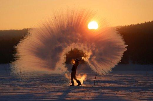 ورزش در هوای زمستانی در خارج از شهر کراسنویارسک روسیه