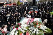فیدیو| حشد جماهيري يعبر ولائه لشهداء حرس الثورة بهذه الطريقة