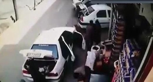 فیلم   له شدن یک زن و مرد زیر خودرویی که کودک پشت فرمانش نشسته بود