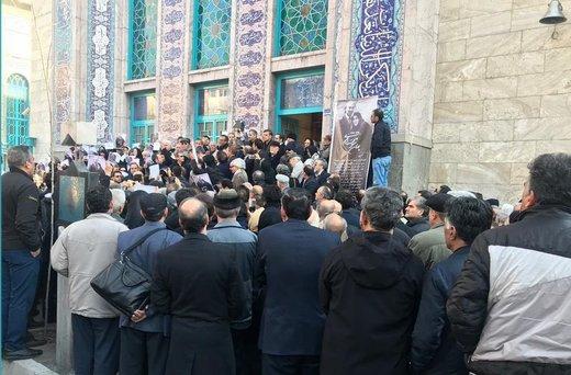 فیلم | تشییع پیکر همسر دکتر شریعتی پشت درهای بسته حسینیه ارشاد | اقامه نماز، در پیادهرو!