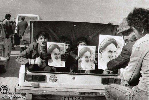 ۱۲ بهمن ۵۷؛ خیابانهای منتهی  به بهشت زهرای تهران، نمایی از یک اتومبیل که به سوی محل سخنرانی امام خمینی حرکت میکند