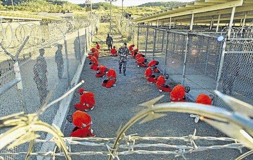تصاویر| زندانیان گوانتامو روی دیوارها نوع شکنجه شدنشان را نقاشی کرده اند