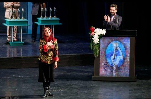 تصویر فاطمه معتمد آریا برگزیده برای بازی در نمایش «خنکای ختم خاطره» در بخش بینالملل سی و هفتمین جشنواره بینالمللی تئاتر فجر را نشان میدهد