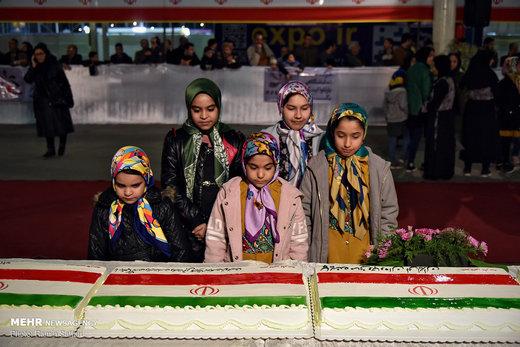 رونمایی و برش کیک بزرگ طلیعه دهه پنجم انقلاب اسلامی ایران