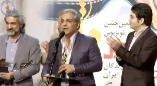 فیلم | روزی که مهران مدیری تندیسش را به مرحوم خشایار الوند تقدیم کرد
