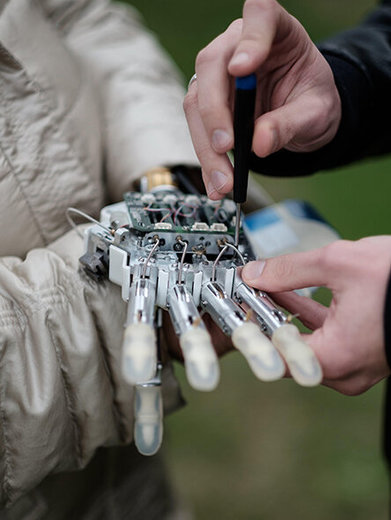 ابداع دست بیونیکی مصنوعی با حس لامسه