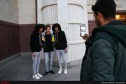 تصاویر | بازار داغ عکس یادگاری با هنرمندان در حاشیه مراسم ختم خشایار الوند!