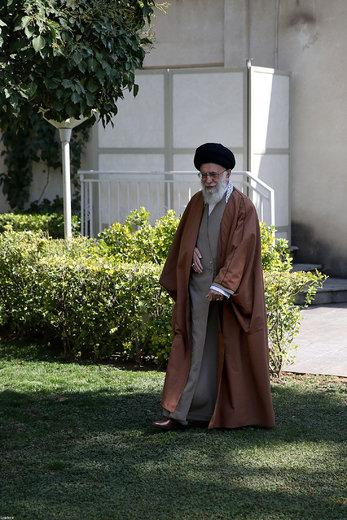کاشت نهال توسط رهبر معظم انقلاب اسلامی