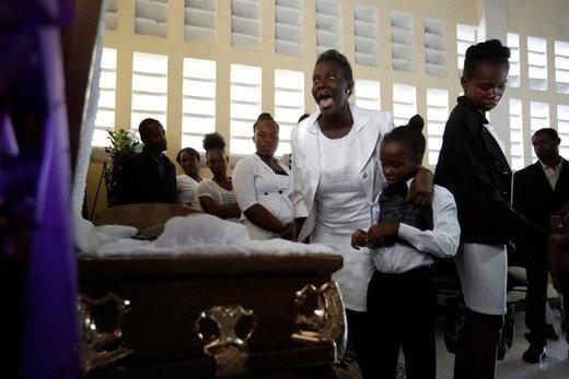 Marie Joseph Cesar در مراسم تشییع برادرش در کلیسایی در شهر  پورتو پرنس هائیتی واکنش نشان میدهد، برادر این فرد در تجمع ضد دولتی کشته شد
