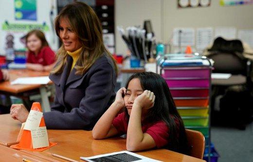 یک دانشآموز در حالیکه دستانش را زیر سرش گذاشته در کنار ملانیا ترامپ  نشسته است که از مدرسهای در شهر تالسا ایالت اکلاهما آمریکا بازدید میکند