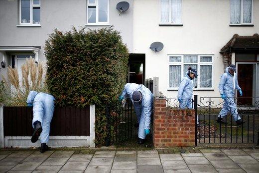 افسران پلیس در جایی که نوجوان17 ساله (Jodie Chesney) کشته شد، در پارک بازی Saint Neots در هارولد هیل لندن کاوش و جستجو میکنند