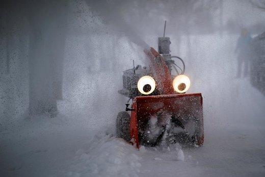 ماشین نیمه اتوماتیک برفروب Chomper در شهر کمبریج ایالت ماساچوست آمریکا بعد از وقوع طوفان شبانه برفروبی می کند