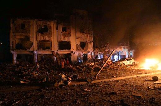 حمله انتحاری و انفجار یک خودروی بمبگذاری شده مقابل هتلی در شهر موگادیشو سومالی