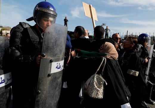نیروهای پلیس مقابل وکلای معترض به نامزدی عبدالعزیز بوتفلیقه که برای پنجمین بار در انتخابات ریاست جمهوری الجزایر شرکت کرده، ایستادهاند