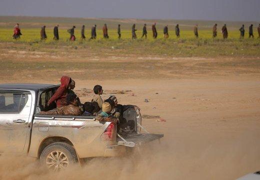 کودکان ایزدی که توسط داعش اسیر گرفته شده بودند، پشت خودرویی در Baghouz استان دیرالزور سوریه سوار شدهاند