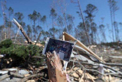 عکس خانوادهای که خانهشان در بیورگارد ایالت آلاباما آمریکا بر اثر وقوع طوفان تخریب شده است