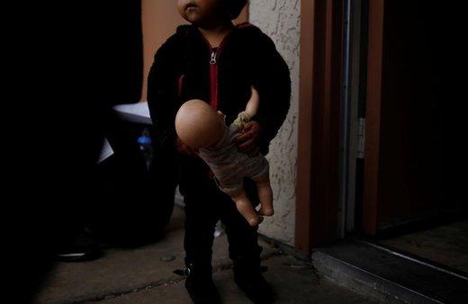 کودک مهاجر عروسک خود را داخل مسافرخانه ای در شهر توسان ایالت آریزونا آمریکا نگه داشته است، طی 6 ماه گذشته در آریزونا پناهگاههایی ایجاد شده تا مهاجرانی که از آمریکای مرکزی مهاجرت کرده به این مکانها بیایند و درخواست پناهندگی کنند