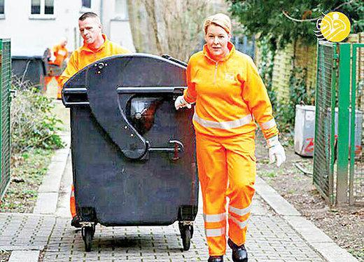 وزیر زن آلمانی در لباس رفتگری/ عکس