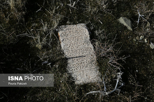 سنگ قبرهای قدیمی که در گورستان  روستای «ازناو» و در نزدیکی امامزادگان «عین و غین» قرار گرفته که تاریخ ثبت شده آنها به بیش از ۲۰۰ سال میرسد
