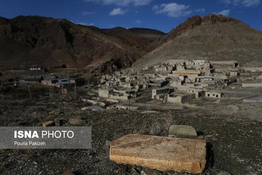 سنگ قبرهای قدیمی كه حجاريهای آن بسيار زيبا و در گورستان و نزدیکی امامزادگان عین و غین وجود دارند كه به لحاظ تاريخي ارزشمند و نيز حكايت از قدمت آن دارد