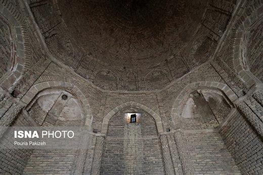 بنای ساختمان امامزاده «عین» تماماً از خشت پخته ساخته شده است و تمامی بنا ضمن استفاده از خشت پخته دارای نقش و نگار و بسيار زيبا و دلنشين است
