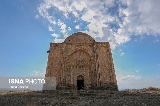 بنای ساختمان امامزاده «عین » چهار ضلعی است كه هر ضلع آن تقريباً ۱۲ متر است