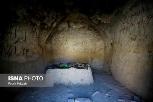 محوطه داخلی امامزاده «غین» که بنایی چهار ضلعی است که با ملات گل ساخته شده که بر روی دیوارهها دست نوشته و یادگاری های زیادی قابل مشاهده است