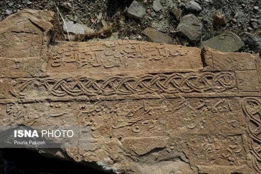 تنها سنگ قبرى که نام امامزاده «غین» بر آن نگارش شده در کنار و نزدیکى بنا قرار دارد، این سنگ قبر به صورت معمول بر روى زمین قرار گرفته و در طى زمان بسیار جا به جا شده است