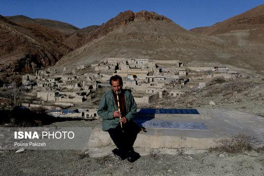 روستای «ازناو»  خالي از سكنه است و تنها خانواده آقای علي عليجاني در روستا زندگي ميكنند و از این بنای امامزادگان محافظت میکنند