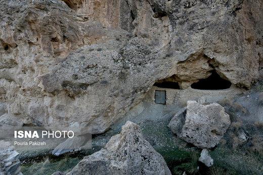 روستای «ازناو» با وجود غار هفت محراب در صورت مرمت واحیاء بافت روستا میتواند به عنوان منطقه تاریخی و منطقه نمونه گردشگری مورد توجه قرار گیرد